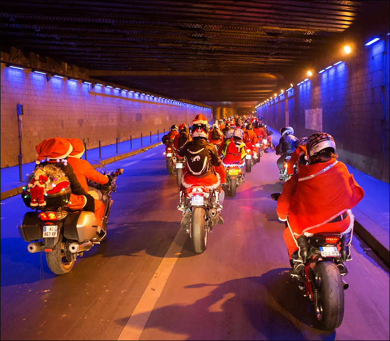 Santas hit the underpass © Jean-Baptiste Gurliat / Mairie de Paris