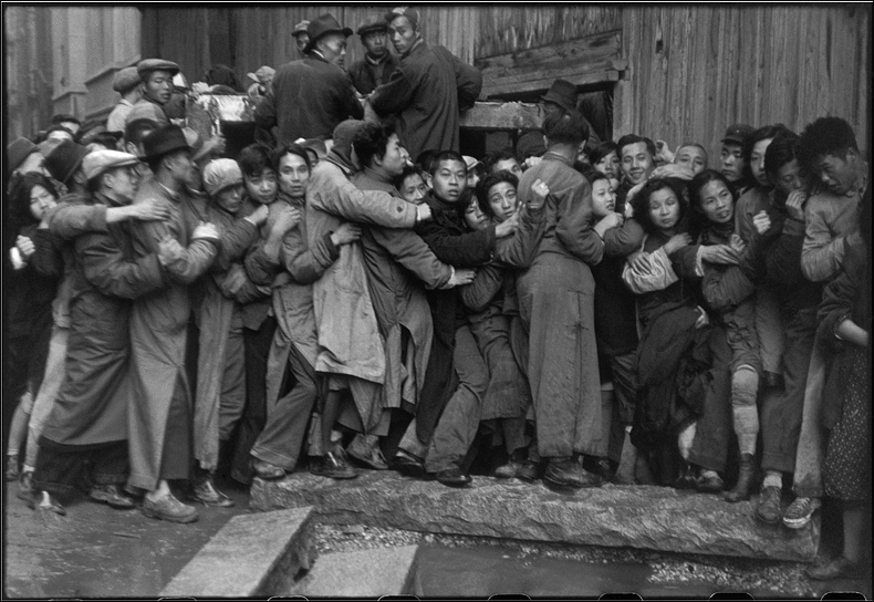 Crowd in front of a bank as the Kuomintang falls China, Dec 1948 © Henri Cartier-Bresson/Magnum Photos courtesy Fondation Henri Cartier-Bresson