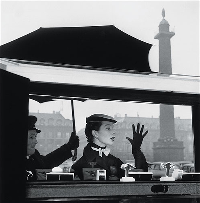1953, Bettina at the window of Van Cleef & Arpels © Jean-Philippe Charbonnier/MAM Paris